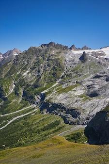 Cachoeira nas montanhas do cáucaso, derretendo o cume da geleira arkhyz, cachoeiras de sofia. belas altas montanhas da rússia, o rio de pura água gelada. verão nas montanhas, caminhada