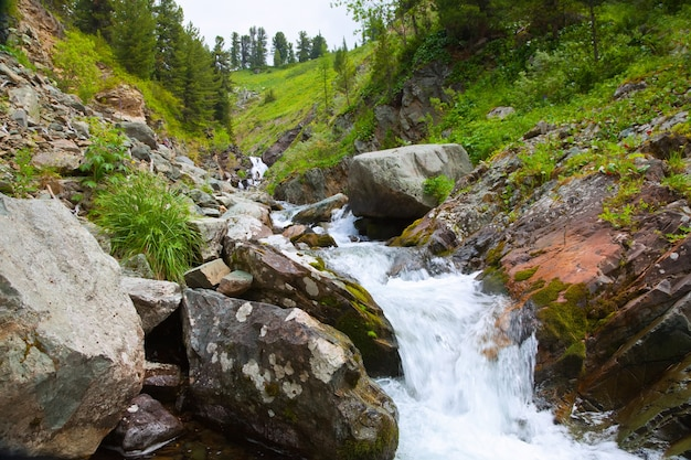Cachoeira nas montanhas rochosas de altai