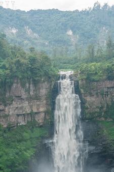 Cachoeira natureza paisagem. famosas atracções turísticas e marcos de destino na paisagem da natureza islandesa.