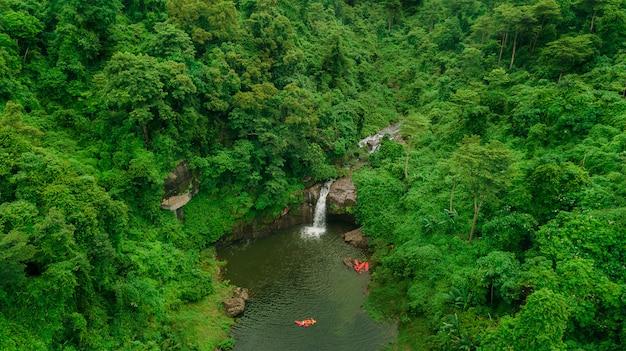 Cachoeira no meio da floresta.