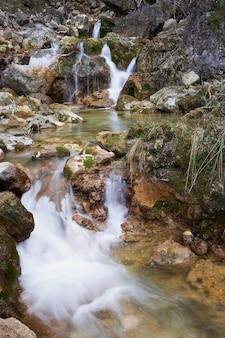 Cachoeira no nascimento do rio mundo localizada no parque natural de los calares perto de riopar espanha
