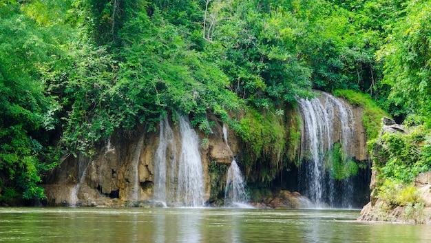 Cachoeira no parque nacional de sai yok kanchanaburi tailândia