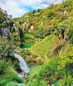 Cachoeira no parque nacional dos lagos plitvice.