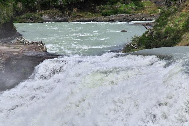 Cachoeira no parque nacional torres del paine, patagônia, chile