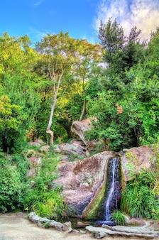 Cachoeira no parque vorontsov em alupka crimea