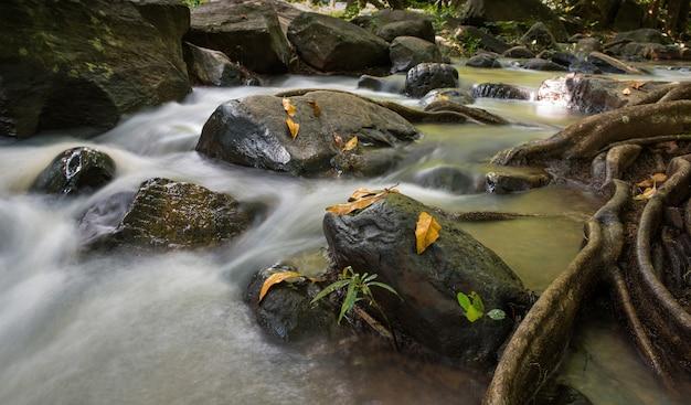 Cachoeira paisagem pouco ton na tailândia
