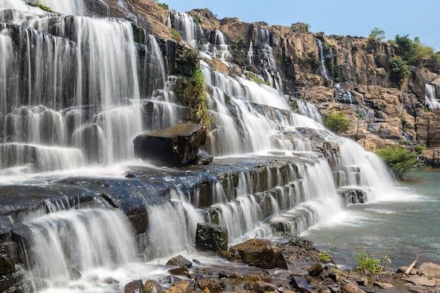 Cachoeira pongour perto da cidade de dalat, no vietnã