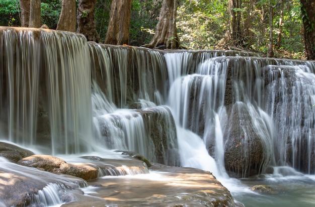 Cachoeira que flui das montanhas no parque nacional da cachoeira do khamin de huay mae, kanchana buri.