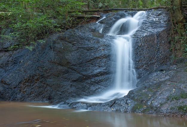 Cachoeira que flui em uma rocha escura no brasil