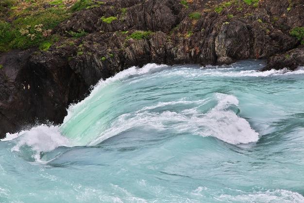 Cachoeira salto grande no parque nacional torres del paine, patagonia, chile