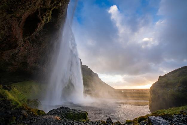 Cachoeira seljalandsfoss na islândia