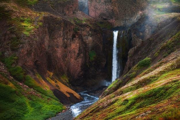 Cachoeira selvagem na ilha disco, oeste da groenlândia. linda paisagem de verão