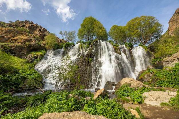 Cachoeira shaki e árvores verdes na armênia