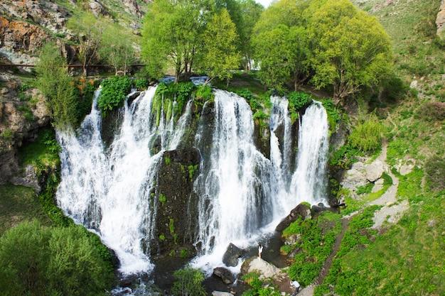 Cachoeira shaki na primavera durante o dia