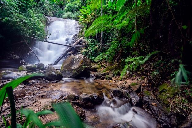 Cachoeira siribhume no parque nacional doi inthanon em chiang mai