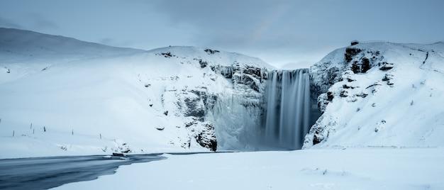 Cachoeira skogafoss no inverno, islândia