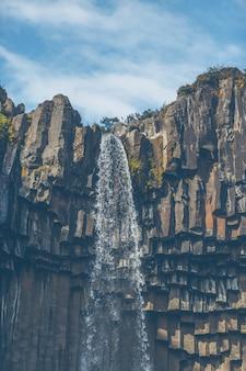Cachoeira svartifoss na islândia
