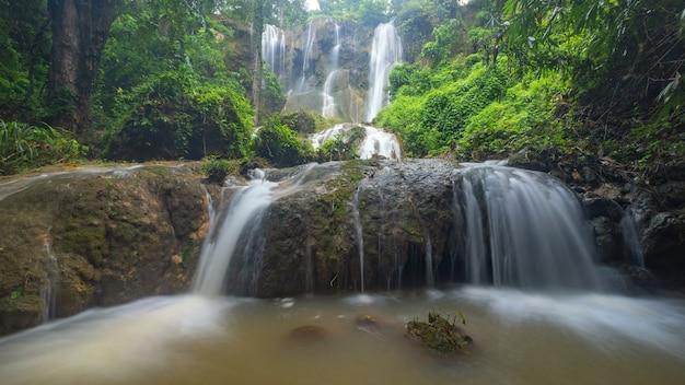 Cachoeira tad sadao, kanchanaburi tailândia