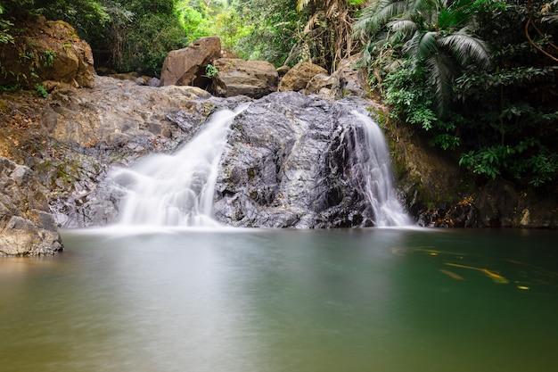 Cachoeira tomada usando a velocidade do obturador lenta.