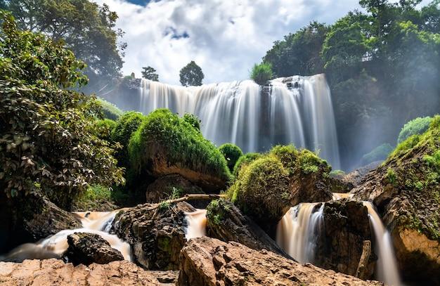 Cachoeiras de elefantes no rio cam ly perto de da lat, no vietnã