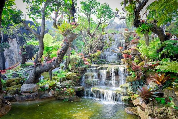 Cachoeiras de huai mae khamin em kanchanaburi tailândia
