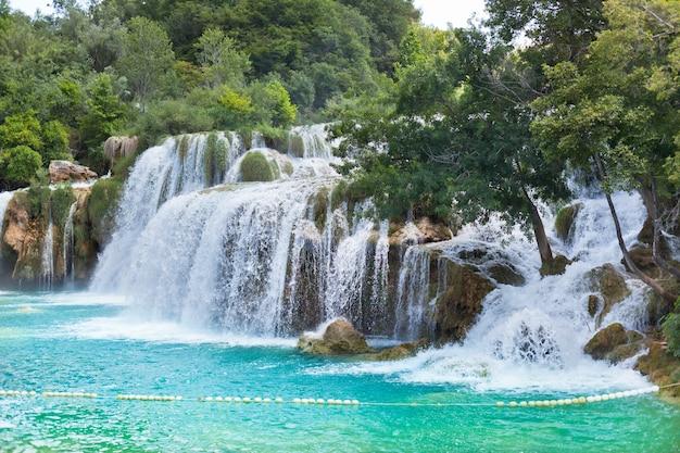 Cachoeiras de krka no parque nacional da dalmácia, croácia