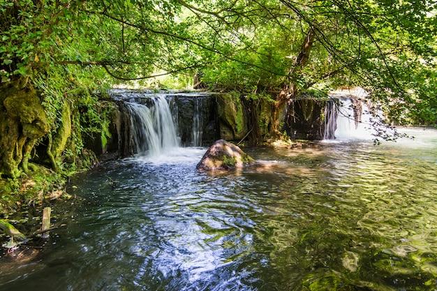 Cachoeiras de monte gelato no valle del treja perto de mazzano romano, lácio, itália