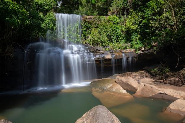 Cachoeiras de wang nam khiao na floresta profunda em koh kood, trat, tailândia