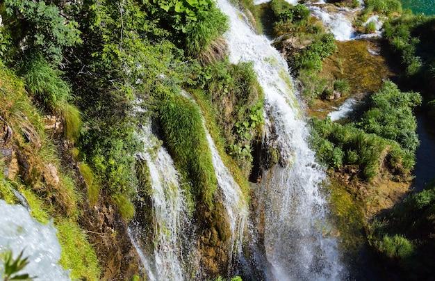Cachoeiras e grama no verão no parque nacional dos lagos de plitvice (croácia)