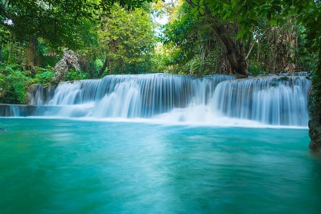 Cachoeiras na floresta profunda no parque nacional, um belo córrego água famosa floresta tropical cachoeira na tailândia