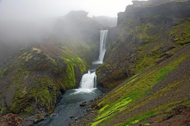 Cachoeiras no meio do nevoeiro do rio skoda. islândia