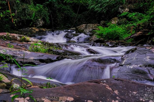 Cachoeiras no parque nacional phu soi dao, tailândia
