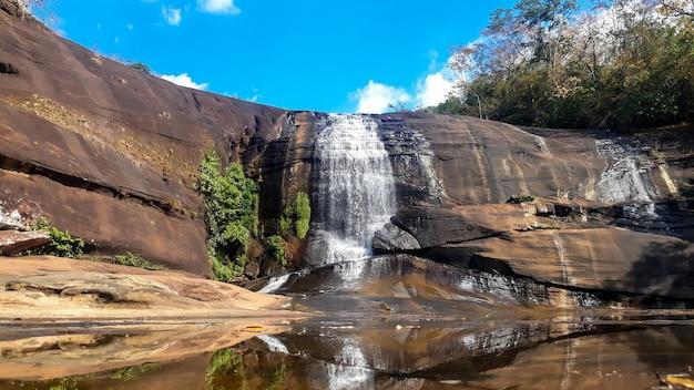 Cachoeiras que fluem de camadas rochosas altas