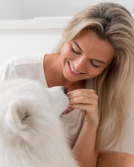 Cachorro e mulher lindos e amáveis