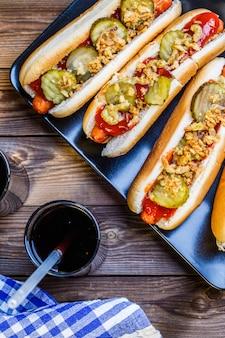Cachorro-quente americano com ingredientes