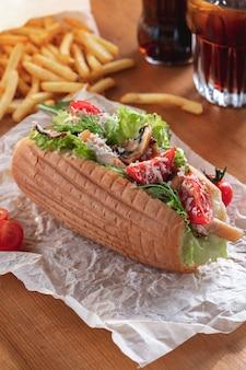 Cachorro-quente caesar caseiro com frango, tomate e queijo parmesão