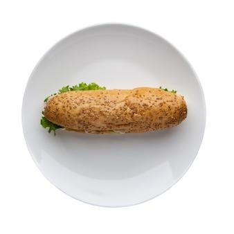 Cachorro-quente com alface em um prato fundo branco, vista de cima