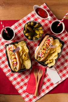 Cachorro-quente com batata frita e picles