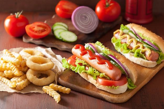 Cachorro-quente com ketchup mostarda legumes e batatas fritas