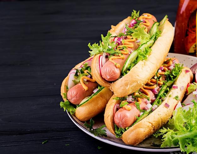 Cachorro-quente com lingüiça, pepino, rabanete e alface