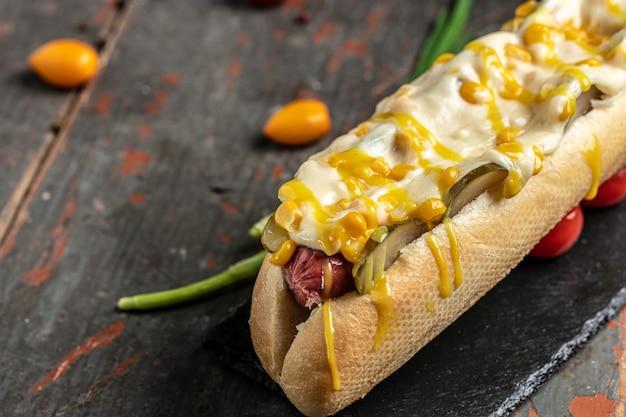 Cachorro-quente com linguiça, queijo e milho. banner, menu, local de receita para texto, vista superior.