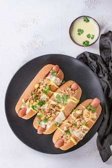 Cachorro-quente com molho de queijo e mostarda