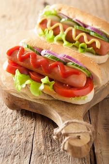 Cachorro-quente com mostarda de ketchup e legumes