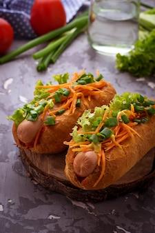 Cachorro-quente com salsicha, cenoura, cebola, alface