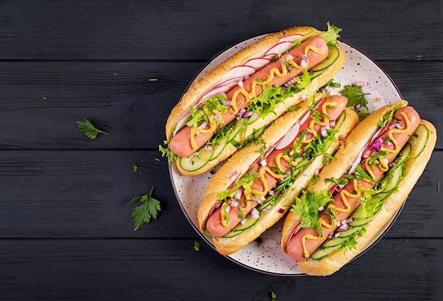 Cachorro-quente com salsicha, pepino, rabanete e alface