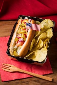 Cachorro-quente de ângulo alto com batatas fritas