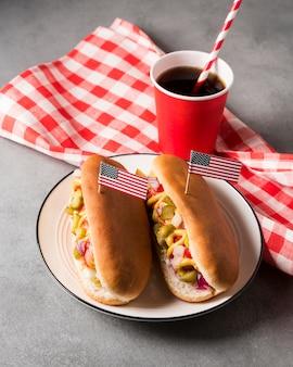 Cachorro-quente de ângulo alto no prato com bandeira americana