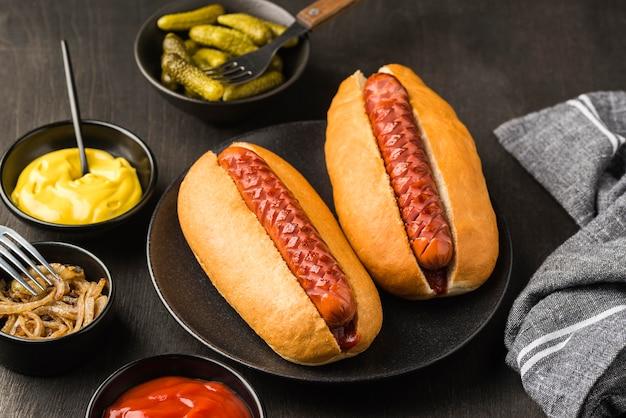 Cachorro-quente de ângulo alto no prato