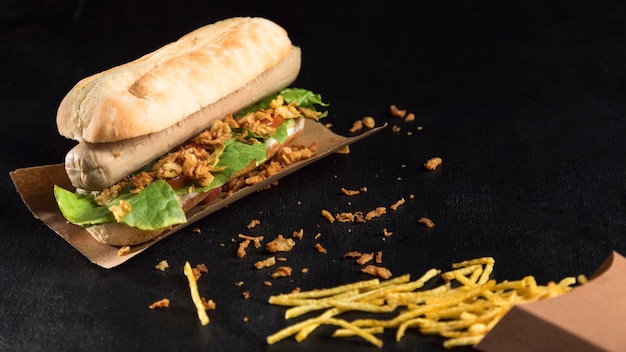 Cachorro-quente fast-food em papel manteiga e queijo no alto
