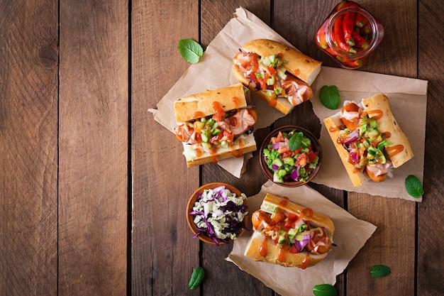 Cachorro-quente - sanduíche com salsa mexicana. vista do topo
